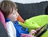 Kind spielt mit Tablet