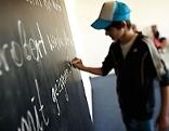 Kind schreibt auf Tafel