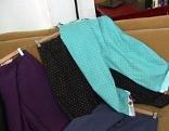 Hosen aus alten Dirndlkleidern und Industrieabfällen