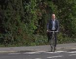 Klaus Weber fährt Fahrrad mann E-Bike Straße