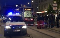 Polizei und Rettung neben Straßenbahn