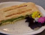 Blätterteigkuchen mit grünem Spargel und Käse