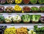 Regale mit Obst und Gemüse