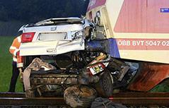 Unfallszene mit Auto und Zug