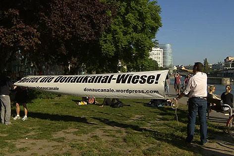 Protestschild gegen Verbauung von Wiese am Donaukanal