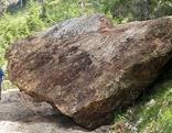 Riesiger Felsbrocken neben Wanderer