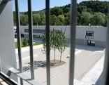 Vergittertes Fenster in der Justizanstalt (Gefängnis) Salzburg in Puch Urstein