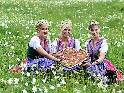 Narzissenprinzessin Lisa Niederauer (OÖ), Narzissenkönigin Sabrina Schober (ST), Narzissenprinzessin Marie-Theres Gewessler (ST)
