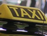 Taxischild auf dem Dach eines Autos