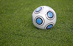 Ein Fußball am Rasen