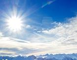 Sonne strahlt über blauem Himmel