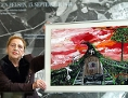 Künstlerin und Holocaust-Überlebende Ceija Stojka mit einer ihrer Bilder