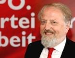 Gerhard Schmid vor roter Wand