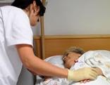 Schwester betreut Patienten im Krankenhaus