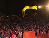 Zelt und Menge bei Bühne