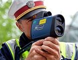 Polizist mit Laserpistole