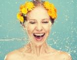 Gesicht Frau Blumenkranz Wasser