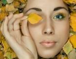 Herbstblätter und Gesicht