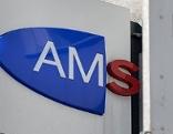 Schild AMS und Verkehrszeichen mit Pfeil