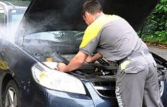 Pannenfahrer kümmert sich um rauchendes Auto
