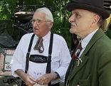 Alte Männer eines Heimatvereins in Tracht