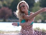 Frau schwimmt in einem See