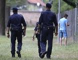 Drei Polizisten beim Lager Traiskirchen