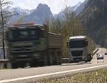 Lastwagen (Lkw) auf der Wolfgangsee Bundesstraße (B158) bei St. Gilgen (Flachgau)