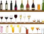Flaschen und Gläser mit Alkohol