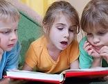 Lesende Kinder mit Buch