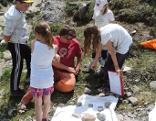 Der Geologe Magnus Lantschner bei der Fossiliensuche mit Kindern im Muttekopfgebiet