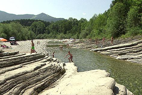 Badegäste an der Taugl bei der Römerbrück