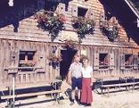 Die Almbauersleute Andreas und Elisabeth Walkner vor der Bergalm