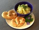 Salzburger Kartoffelsalat und frischen Laugenbrezen
