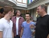 Pfarrer Günther Kroiss im Gespräch mit Jugendlichen