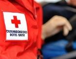Sanitäter des Roten Kreuzes mit Patient