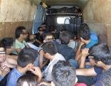 Viele Menschen in Kastenwagen gepfercht