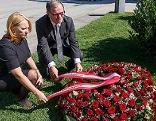 Nationalratspräsidentin Doris Bures (SPÖ) und der Zweite Nationalratspräsident Karlheinz Kopf (ÖVP) am Grab von Nationalratspräsidentin Barbara Prammer.