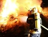 Feuerwehr kämpft gegen die Flammen an
