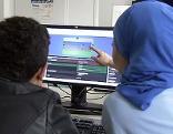 Jugendliche vor Computer