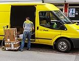Postbote mit Paketen
