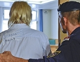 """Der Angeklagte vor Beginn des Prozesses wegen Suchtgifthandels im """"Künstlertreff Commanders"""" am Straflandesgericht"""