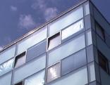 Glasfassade mit Sonnenschutz