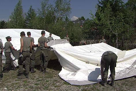 Soldaten stellen Zelte auf