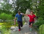 Doresia Krings und Michael Mayrhofer stellen eine Übung zur Fitnessoptimierung vor.