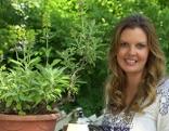 Christina Sonntag mit Salbeipflanze