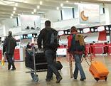 Urlauber am Flughafen