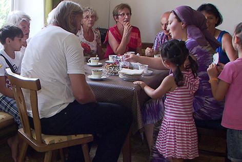 Pfarrhof Ybbs Pfarrer mit Flüchtlingsfamilie