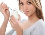 Frau mit Joghurt