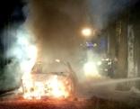 Brennendes Auto im Wald